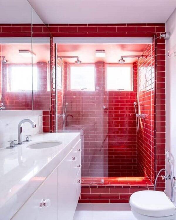Decoração de banheiro com piso vermelho e branco. Fonte: Casa de Valentina