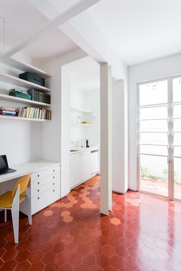 Decoração moderna com piso vermelho. Fonte: Felipe Hess