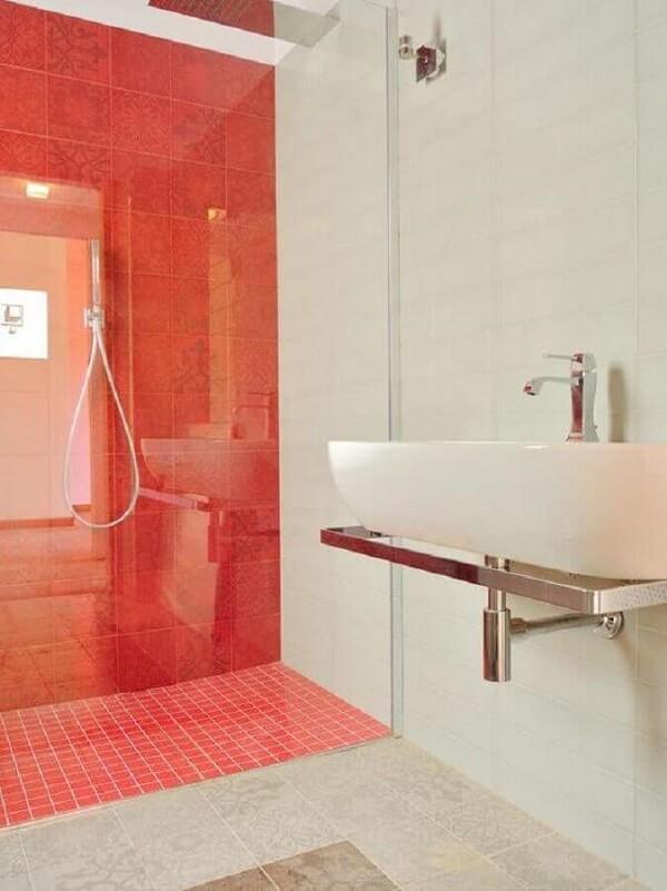Decoração simples para banheiro com piso vermelho e branco. Fonte: Houzz