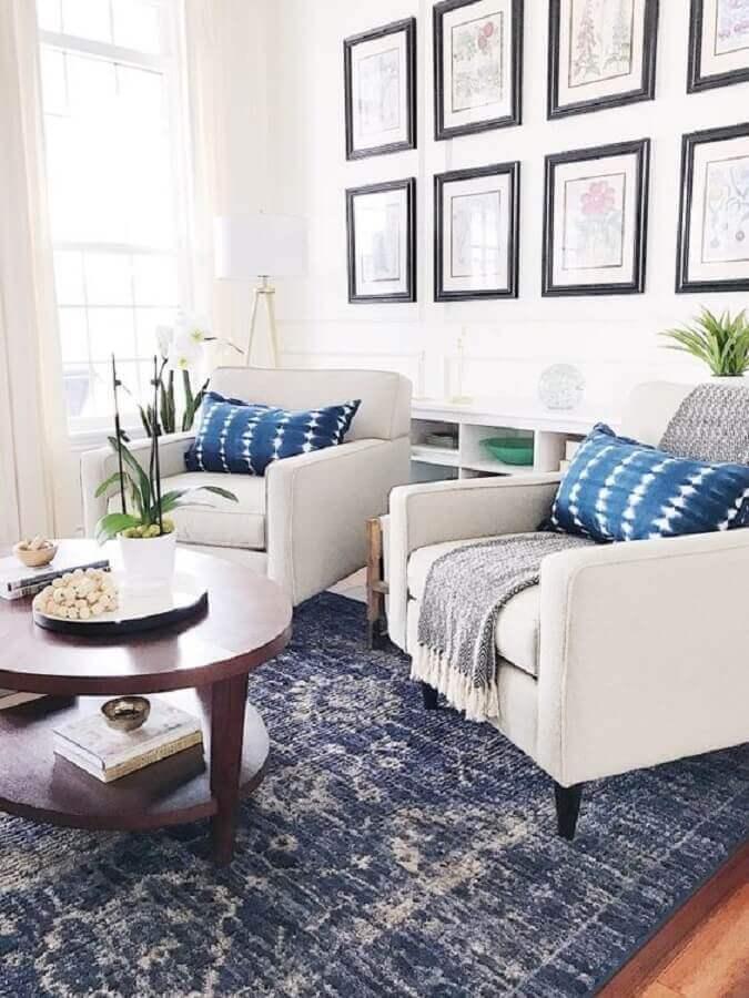 Decoração azul e branco com poltrona branca para sala de estar Foto Style Me Pretty