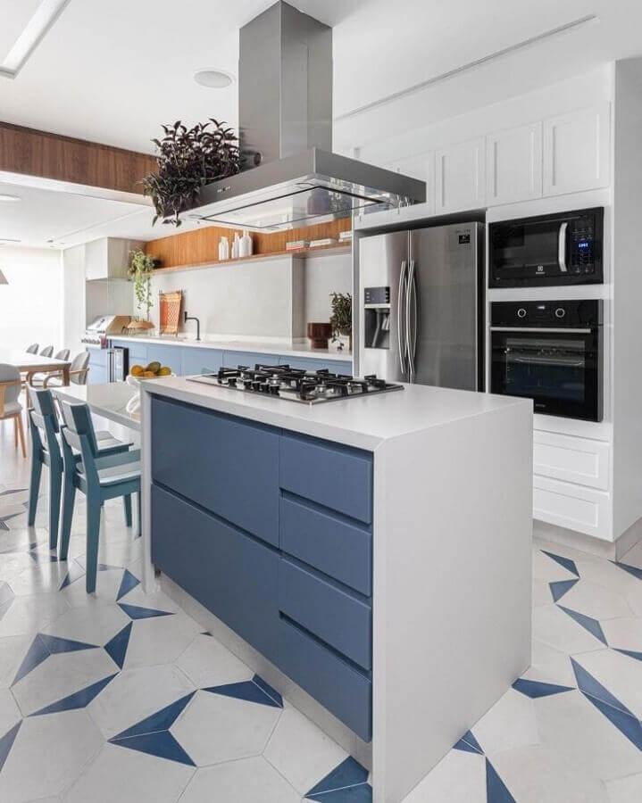 Decoração azul e branco para cozinha planejada grande com ilha gourmet Foto Duda Senna Arquitetura