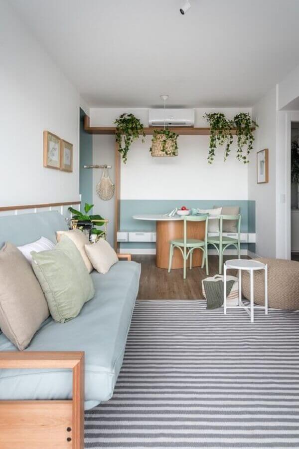 Decoração azul e branco para sala de estar e jantar integrada com meia parede pintada e tapete listrado Foto Elen Saravalli