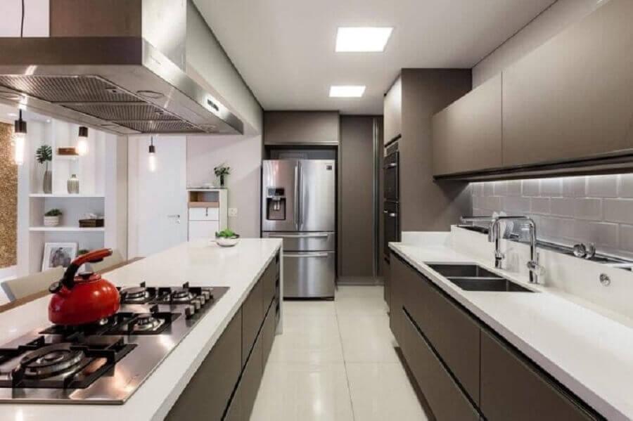 Decoração cinza e branco moderna para cozinha planejada com ilha gourmet Foto Cavalcante Ferraz