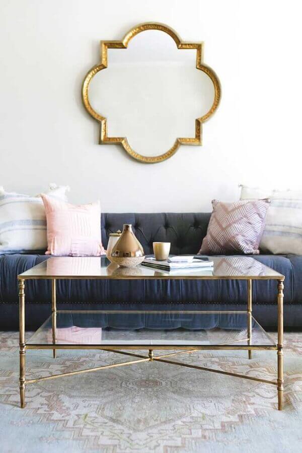Decoração clássica com espelho na sala de sala branca com sofá cinza Foto Ramsey on Home & Garden