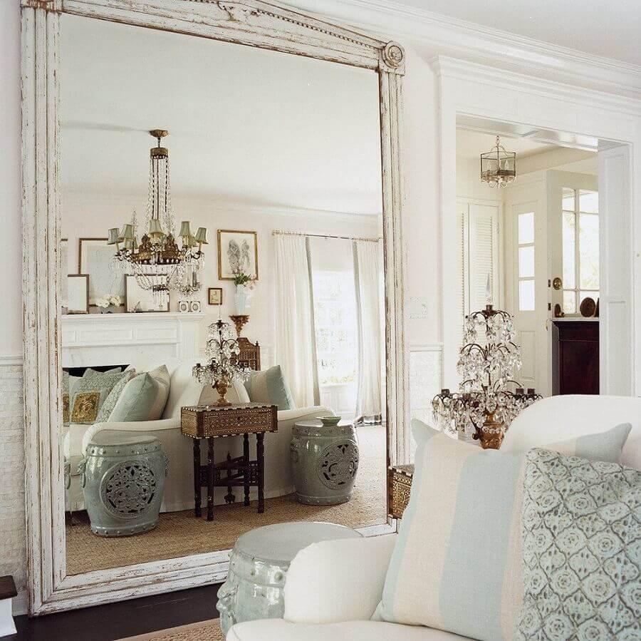 Decoração clássica com lustre de cristal e espelho grande na sala de estar Foto Apartment Therapy