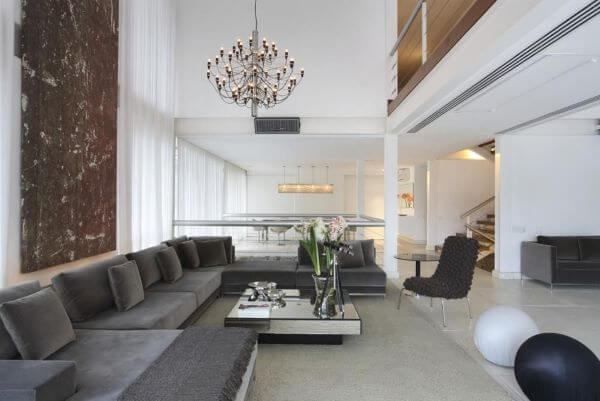 Decoração clássica com sofá cinza e vaso de flor para sala