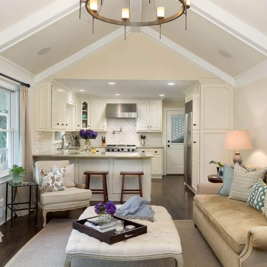 Decoração clássica em cores claras para sala e cozinha americana integradas Foto Anna Braund