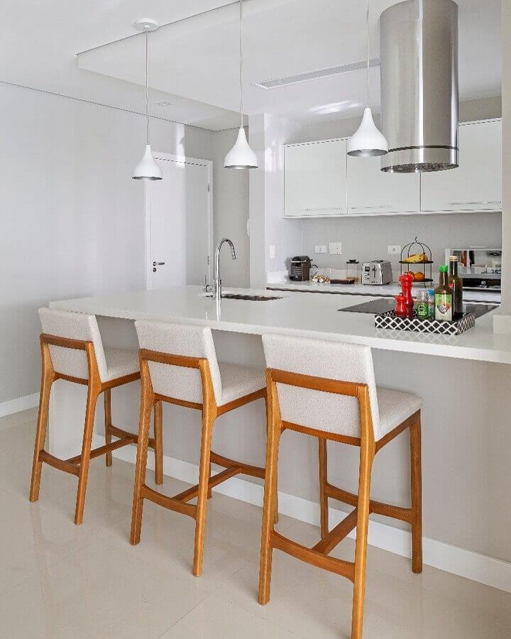 Decoração clean com banqueta de madeira para sala e cozinha americana branca Foto GF Projetos Decor e Arquitetura