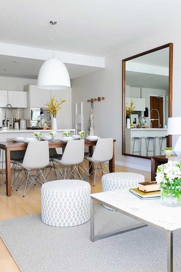 Decoração clean com espelho grande na sala de estar e jantar integradas Foto Houzz