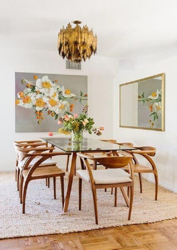 Decoração clean com mesa de vidro e espelho na sala de jantar Foto Elle Decor