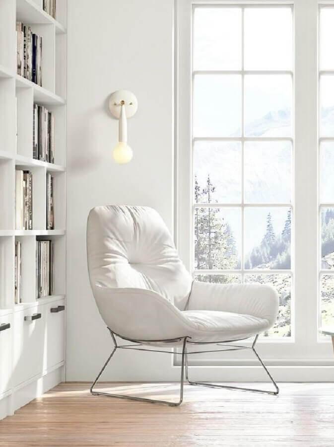 Decoração clean com poltrona branca para cantinho de leitura Foto Studio DUNN