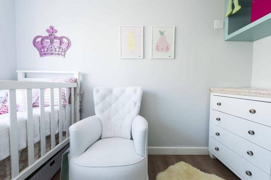 Decoração clean com poltrona branca para quarto de bebe Foto Carla Cuono