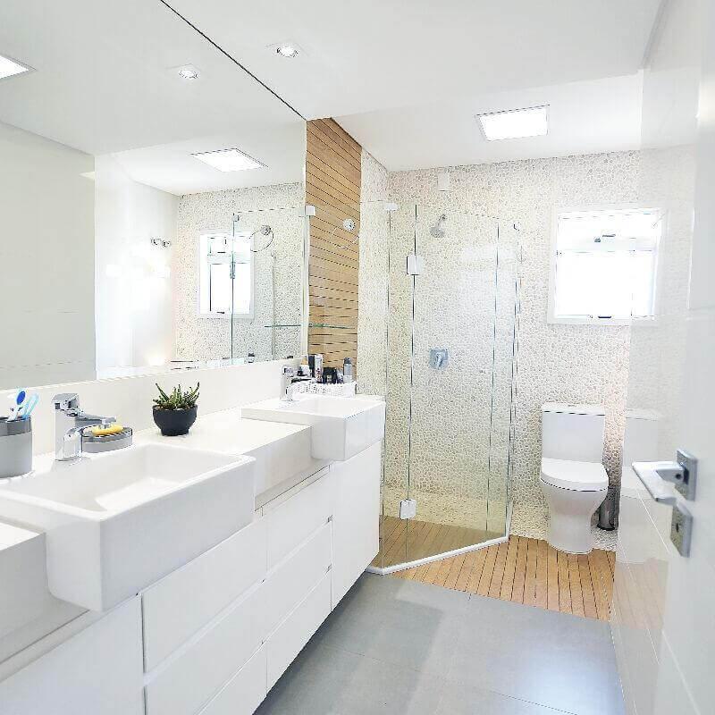 Decoração clean de banheiro com piso de madeira no box Foto Ana Sekulic Arquitetura