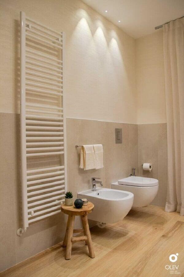 Decoração clean para banheiro com piso de madeira e meia parede pintada Foto olevlight