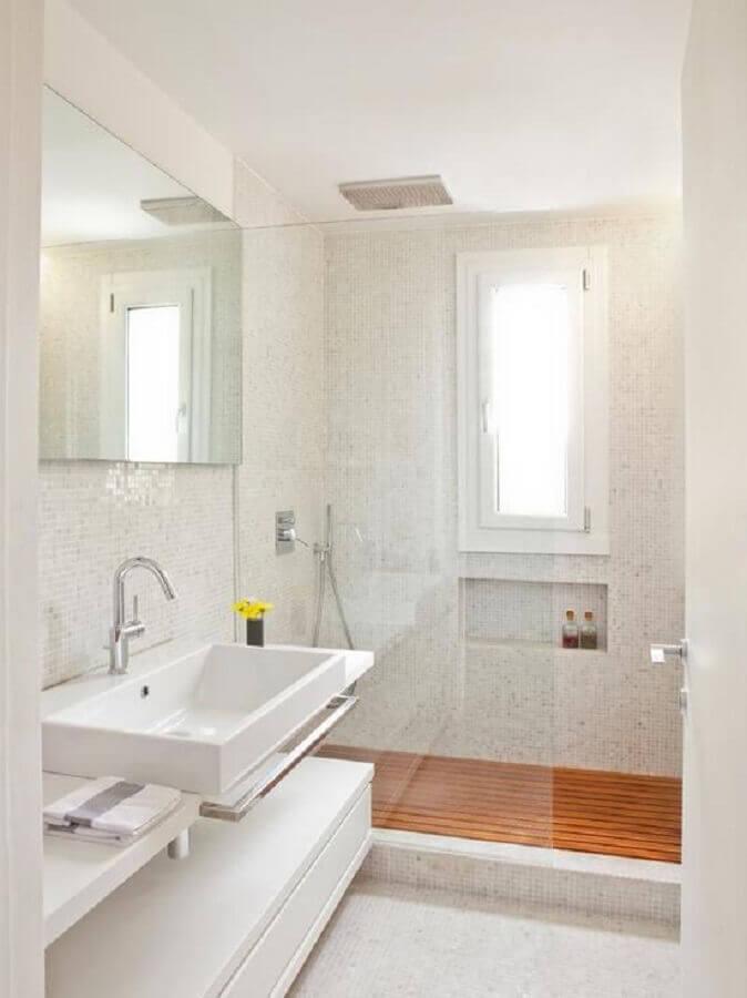Decoração clean para banheiro com piso de madeira e pastilhas brancas Foto Decor Fácil