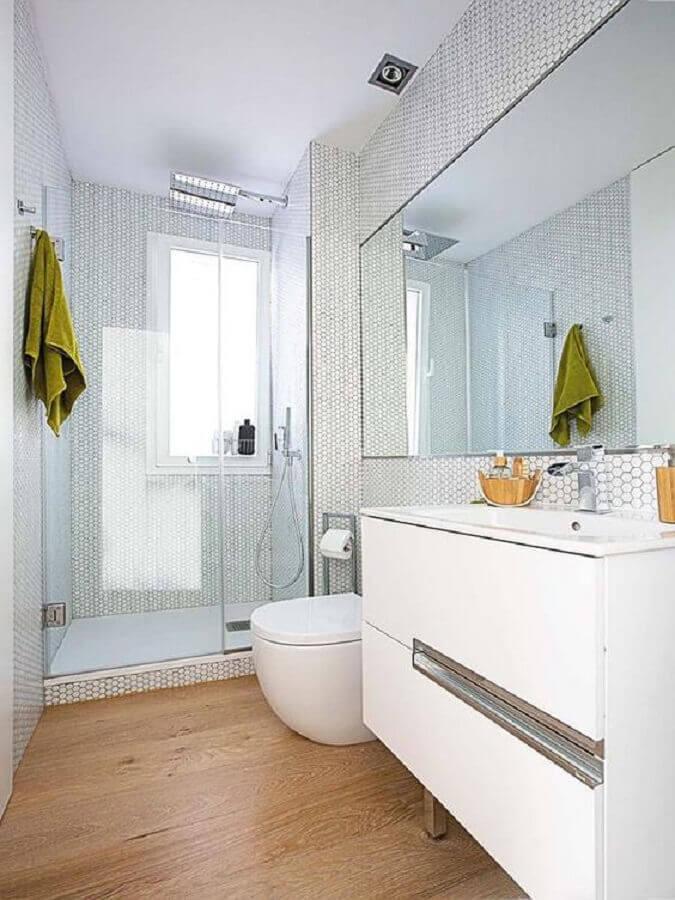 Decoração clean para banheiro com piso de madeira e pastilhas hexagonal branca Foto Elle Decor