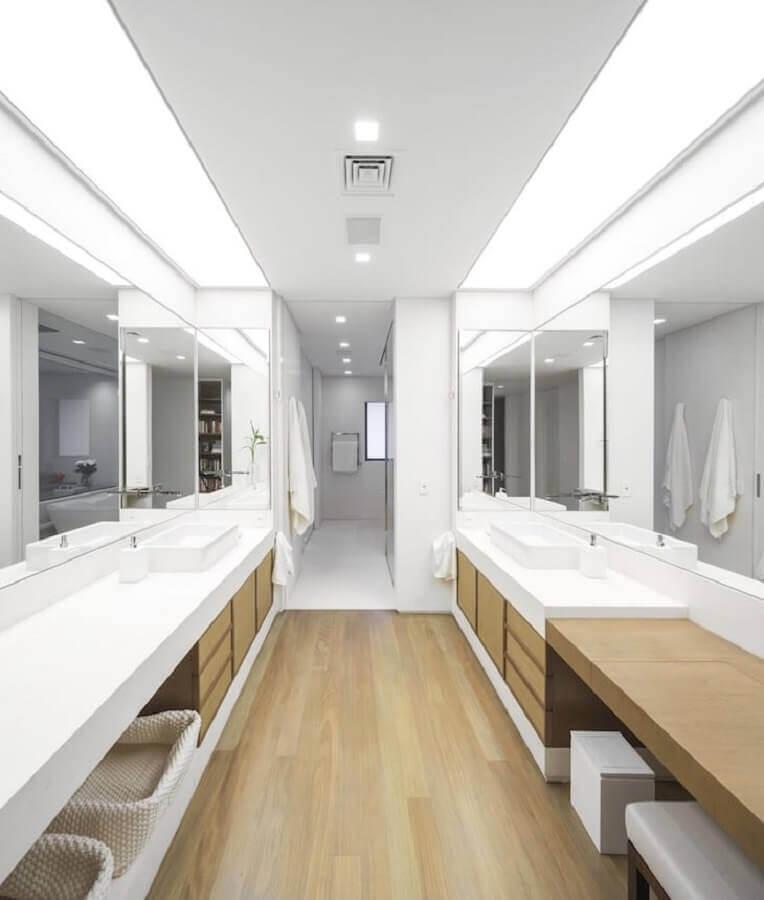 Decoração clean para banheiro com piso de madeira grande Foto Studio Arthur Casas