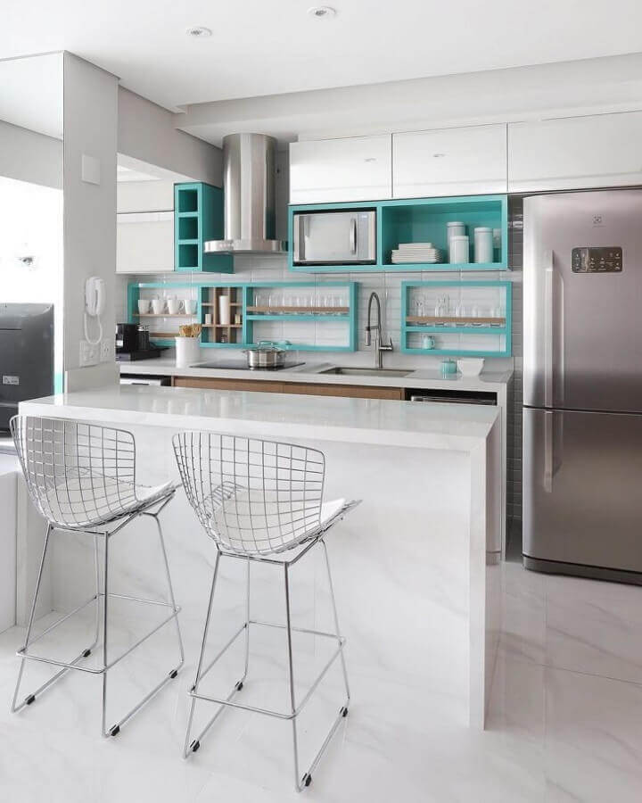 Decoração clean para cozinha branca com nicho cor ciano Foto MF Sanches