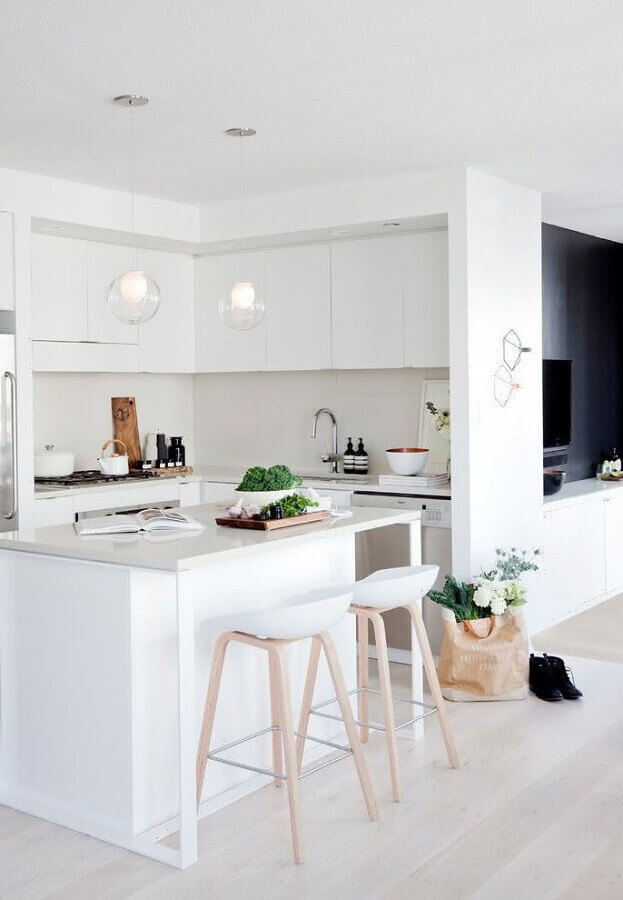 Decoração clean para cozinha planejada com ilha pequena toda branca Foto Houzz