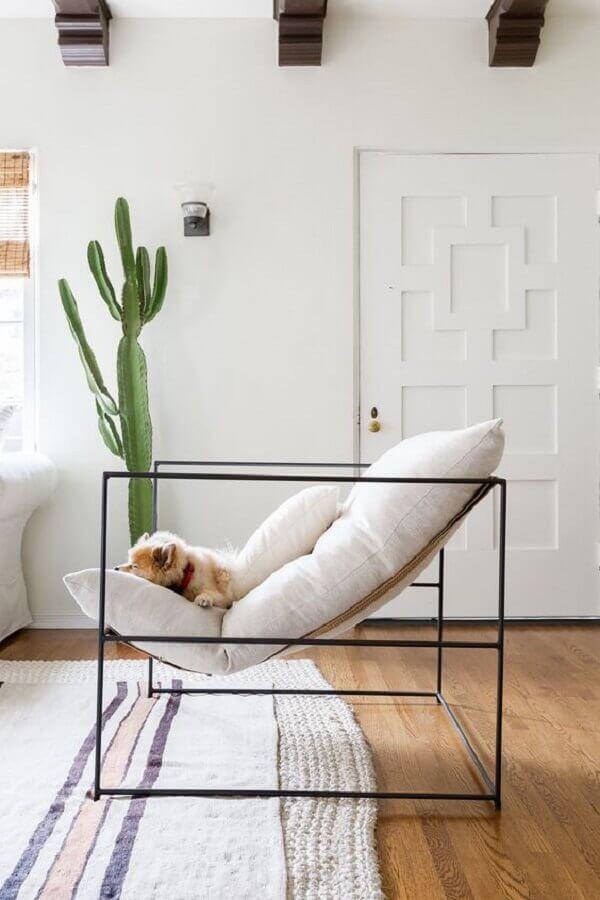 Decoração clean para sala com poltrona branca moderna e vaso de cacto Foto Futurist Architcture