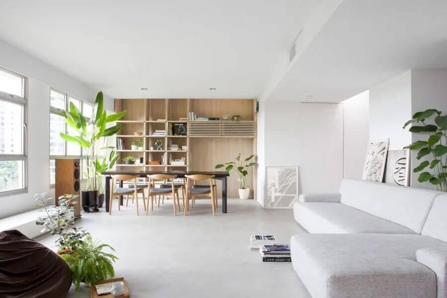 Decoração clean para sala de estar e jantar integrada com vaso de planta no chão Foto Nitton Architects