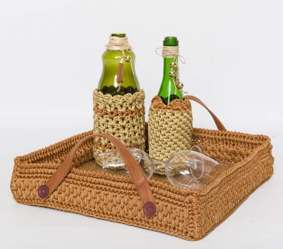 Decoração com bandeja artesanal para bebidas Foto Circulo