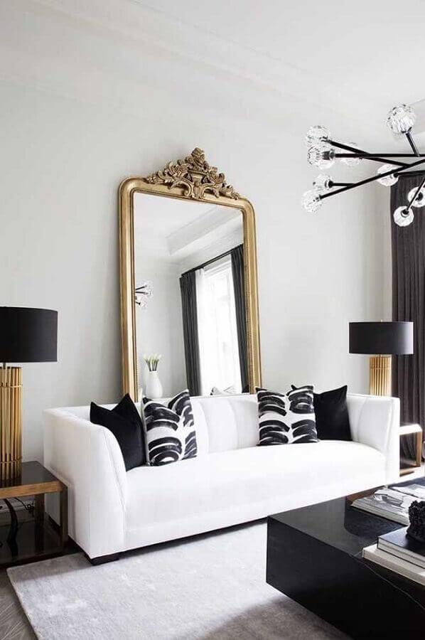 Decoração com espelho grande na sala de estar preta e branca Foto Apartment Therapy