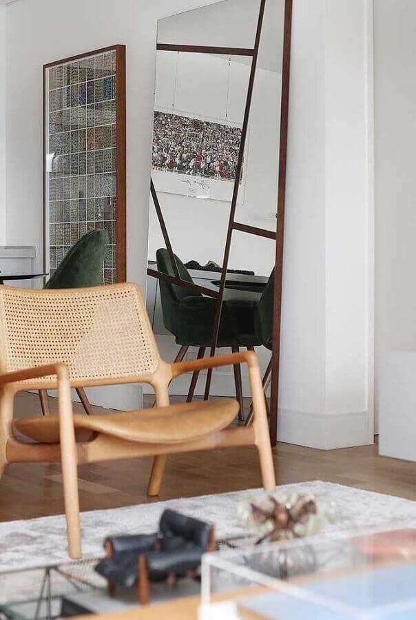 Decoração com espelho na sala de estar com poltrona de madeira Foto Decor Fácil