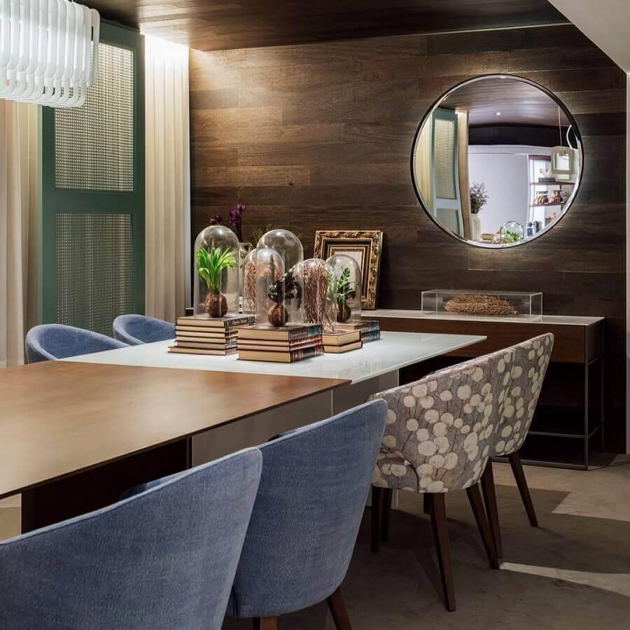 Decoração com espelho na sala de jantar com parede amadeirada e cadeiras estofadas Foto Hadra Mobiliario