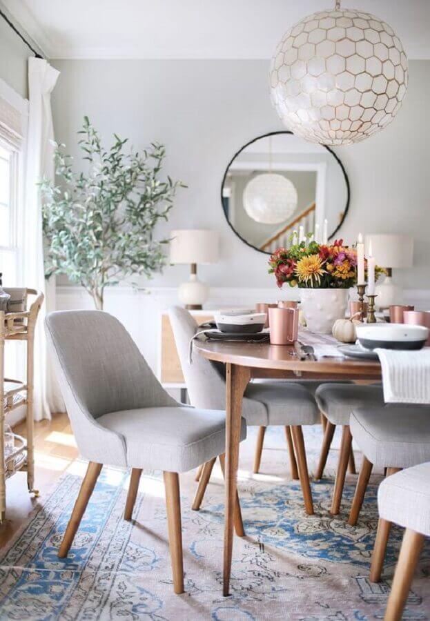 Decoração com lustre e espelho redondo na sala de jantar clean Foto Sunny Circle Studio