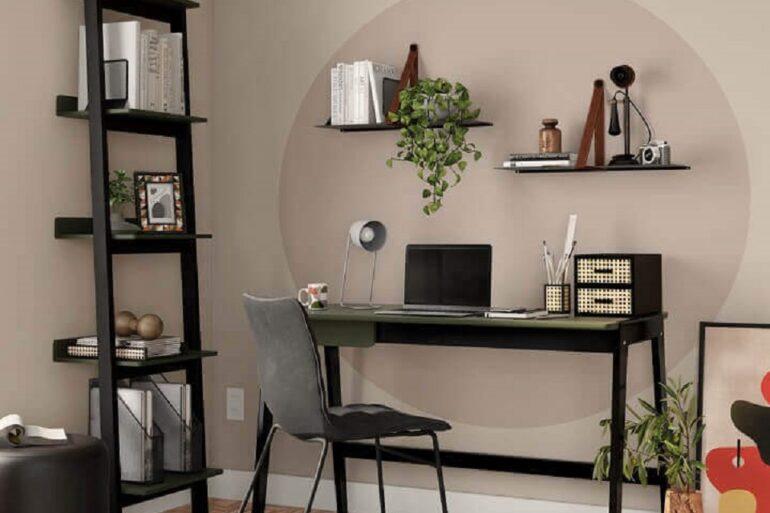 Decoração com mesa de escritório na sala decorada com estante pequena Foto Tok&Stok