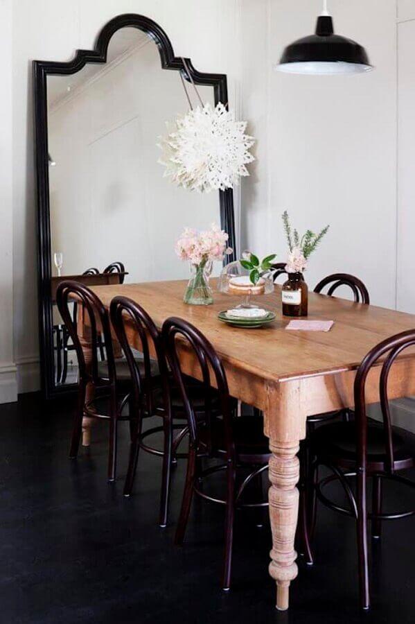 Decoração com mesa de madeira e espelho grande na sala de jantar Foto Apartment Therapy