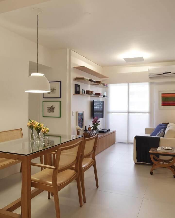 Decoração de apartamento em cores neutras com sala de estar e jantar integradas pequenas Foto Decor Fácil