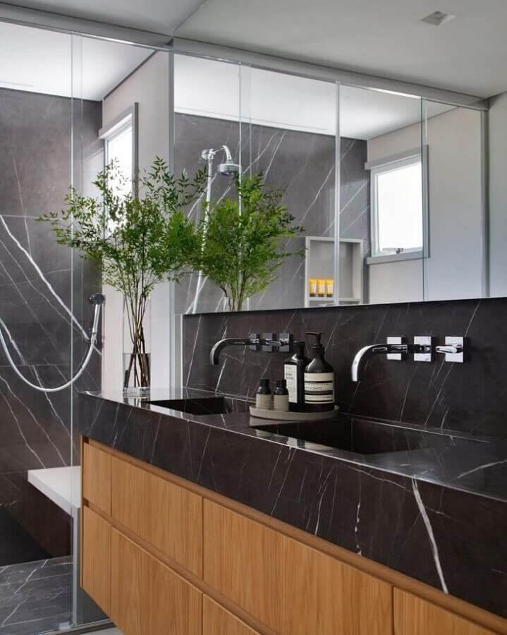 Decoração de banheiro bonito com bancada de mármore preto Foto Estúdio 035 Arquitetura