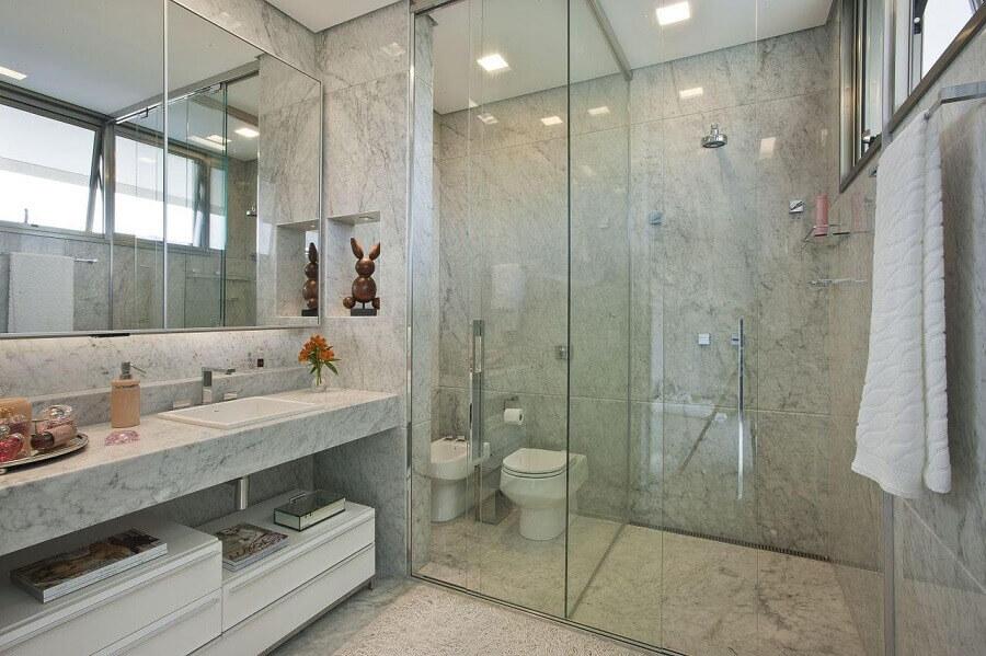 Decoração de banheiro bonito com nicho embutido e box de vidro Foto Gislene Lopes