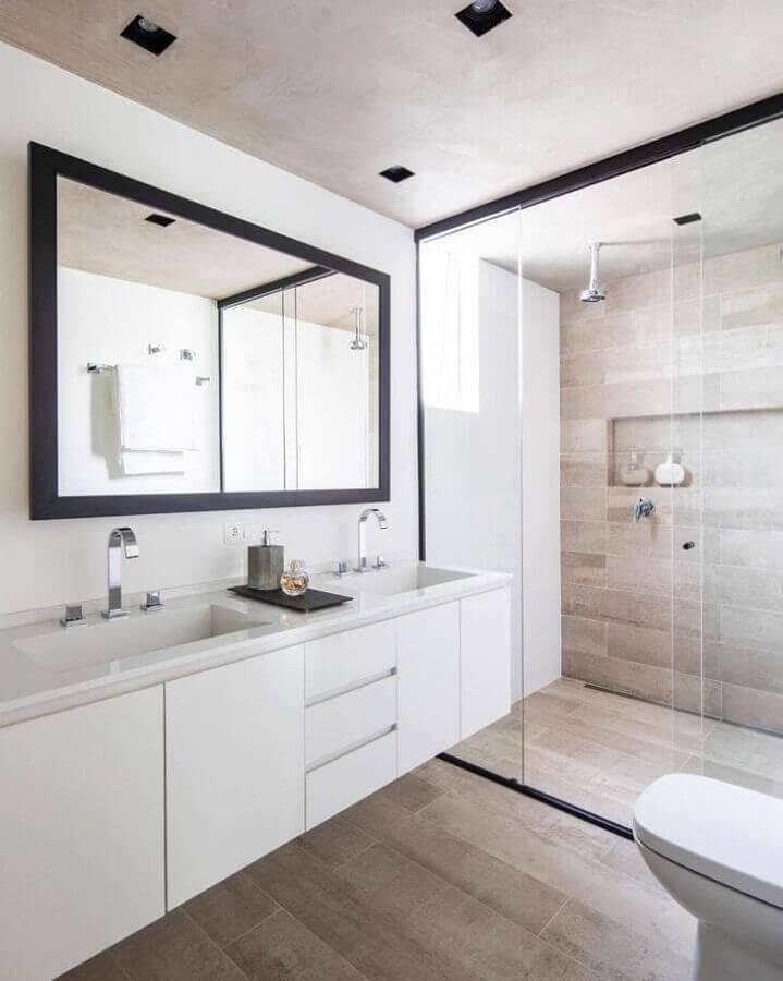 Decoração de banheiro com piso de madeira e gabinete branco suspenso Foto Conrado Ceravolo