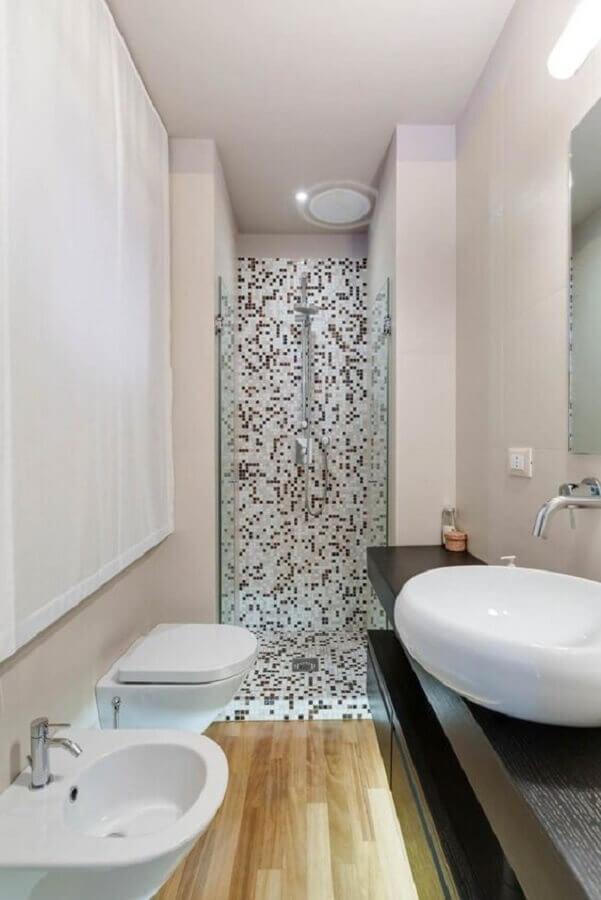 Decoração de banheiro com piso de madeira e pastilhas preta e branca Foto ArchZine