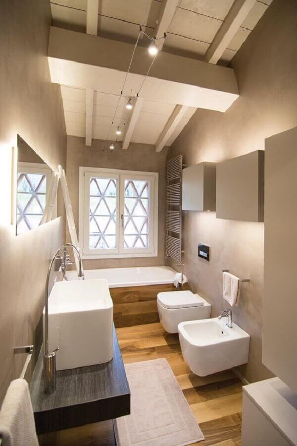 Decoração de banheiro pequeno com piso de madeira e banheira Foto The Architect's Diary