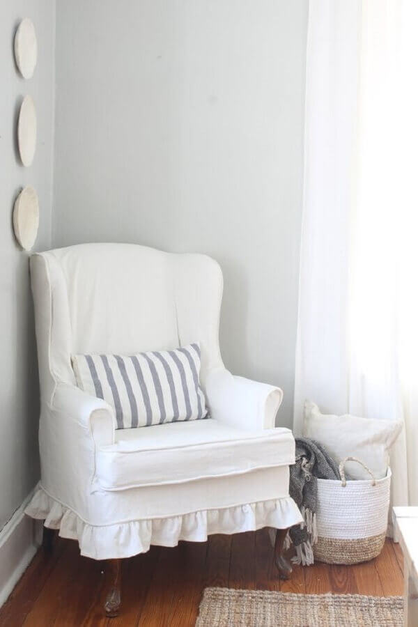 Decoração de cantinho de leitura com poltrona branca confortável Foto Lonny Magazine