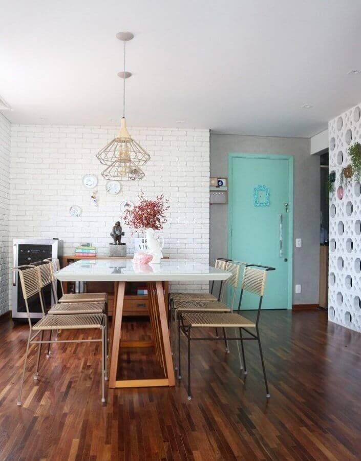 Decoração de casa com parede tijolinho branca e porta cor ciano Foto Lepa Pichler Arquitetura