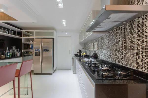 Decoração de cozinha com armário de vidro e pastilhas
