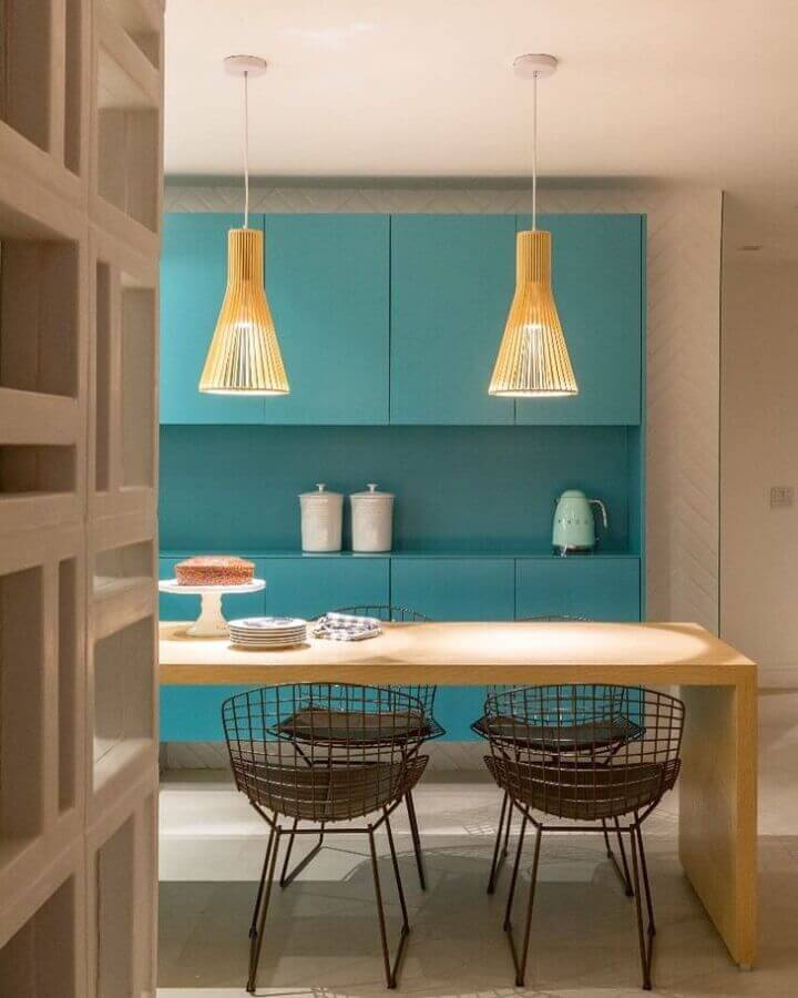 Decoração de cozinha com mesa de madeira e armário cor ciano Foto PKB Arquitetura