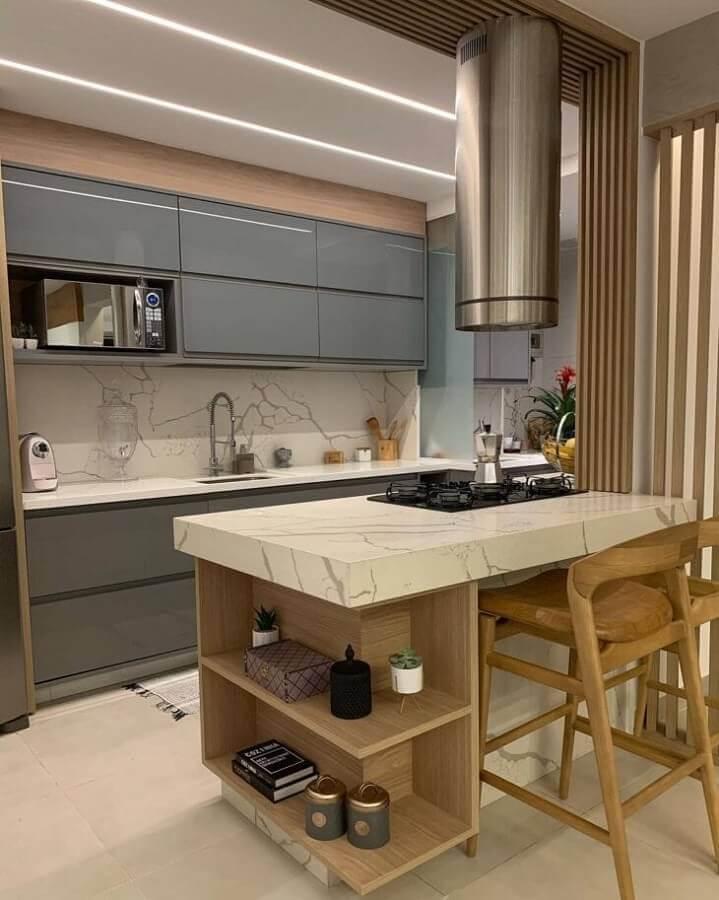 Decoração de cozinha planejada com ilha pequena de mármore e armário cinza Foto Shailla Fernandes Arquitetura