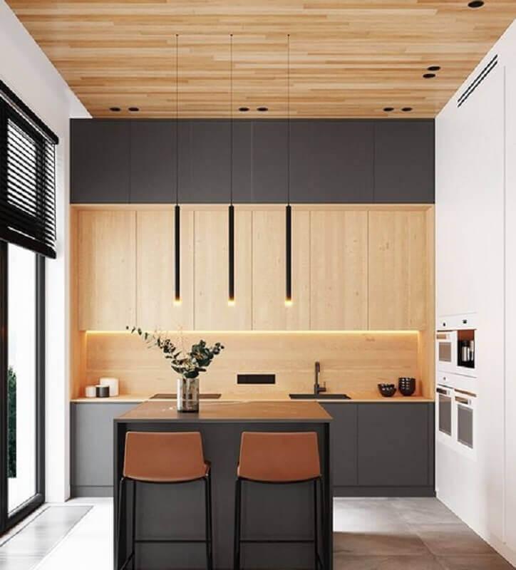 Decoração de cozinha planejada com ilha pequena e armário cinza escuro com madeira Foto Shmidt Studio