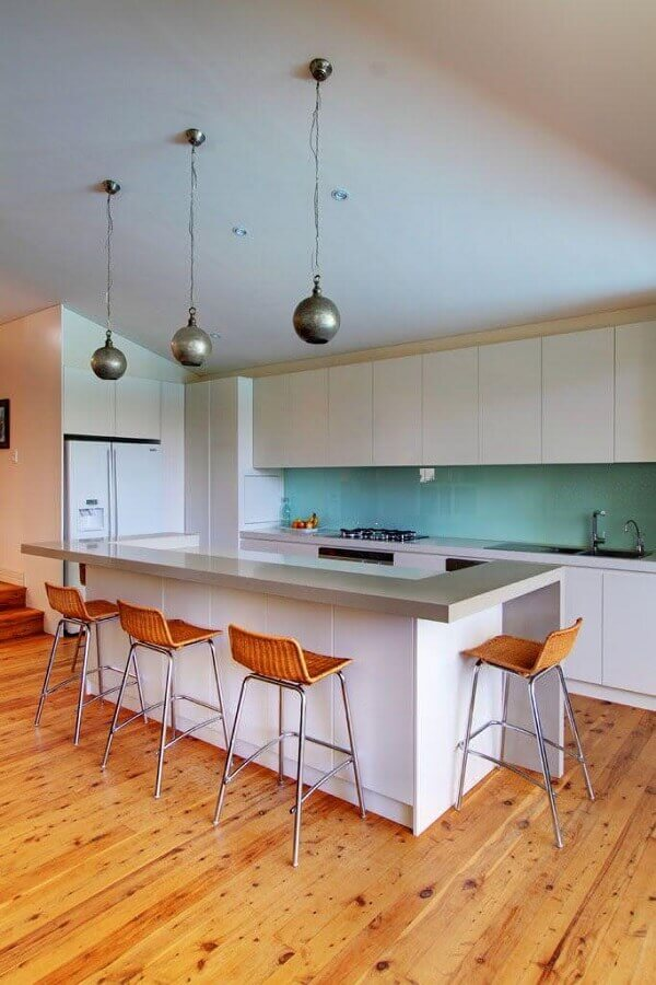 Decoração de cozinha planejada com ilha simples e luminária pendente redonda Foto Home Fashion Trend