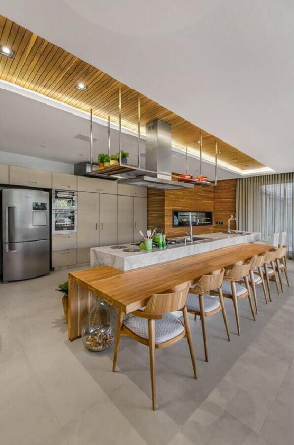 Decoração de cozinha planejada grande com ilha de mármore e bancada de madeira Foto Studio Colnaghi