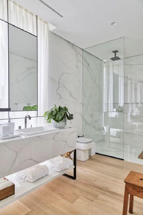 Decoração de luxo para banheiro com piso de madeira e bancada de mármore Foto HomeAdore