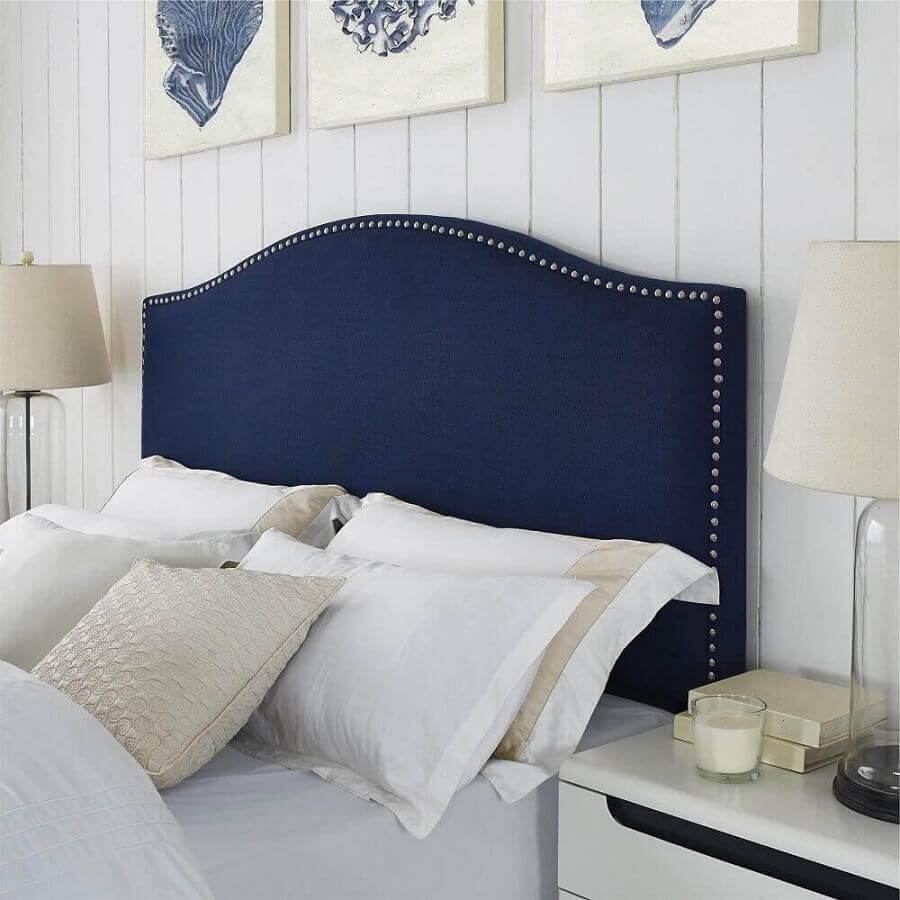 Decoração de quarto branco com cabeceira almofadada azul marinho com tachas Foto Gameol