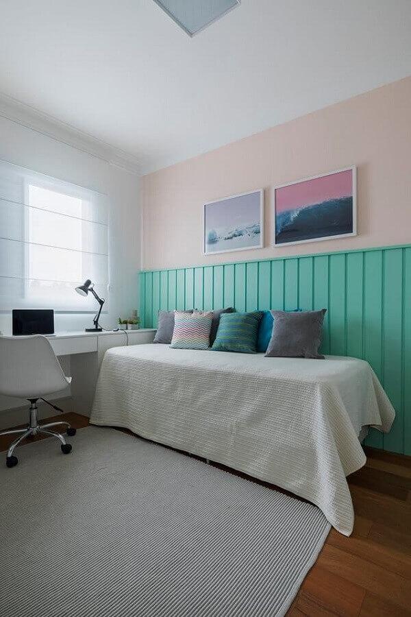 Decoração de quarto com escrivaninha branca e meia parede cor ciano Foto SP Estúdio