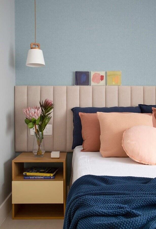 Decoração de quarto com parede azul claro e cabeceira almofadada rosa Foto Amanda Miranda Arquitetura